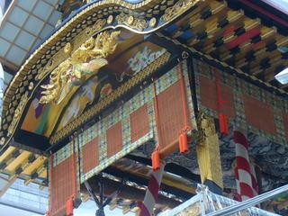 14 登楼した菊水鉾の豪華な屋根周り。昭和の職j人たちの底力が迫ります。.JPG
