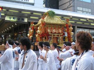 31 四条通を行く東御座の神輿。突然の大雨で予定が大狂いでした。.JPG